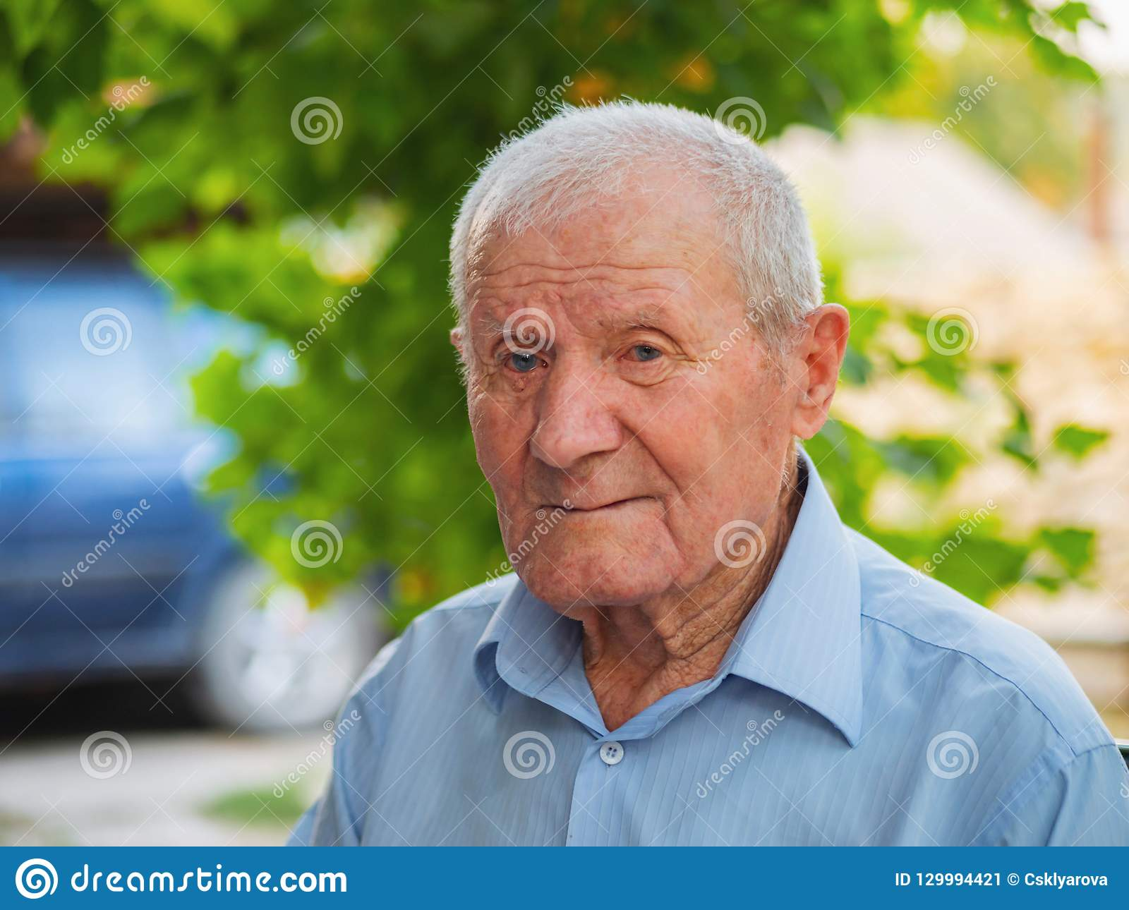Mycket gamal manstående Koppla av för farfar som är utomhus- på sommar Stående: åldrats äldre, högt gammalt övre för tät man