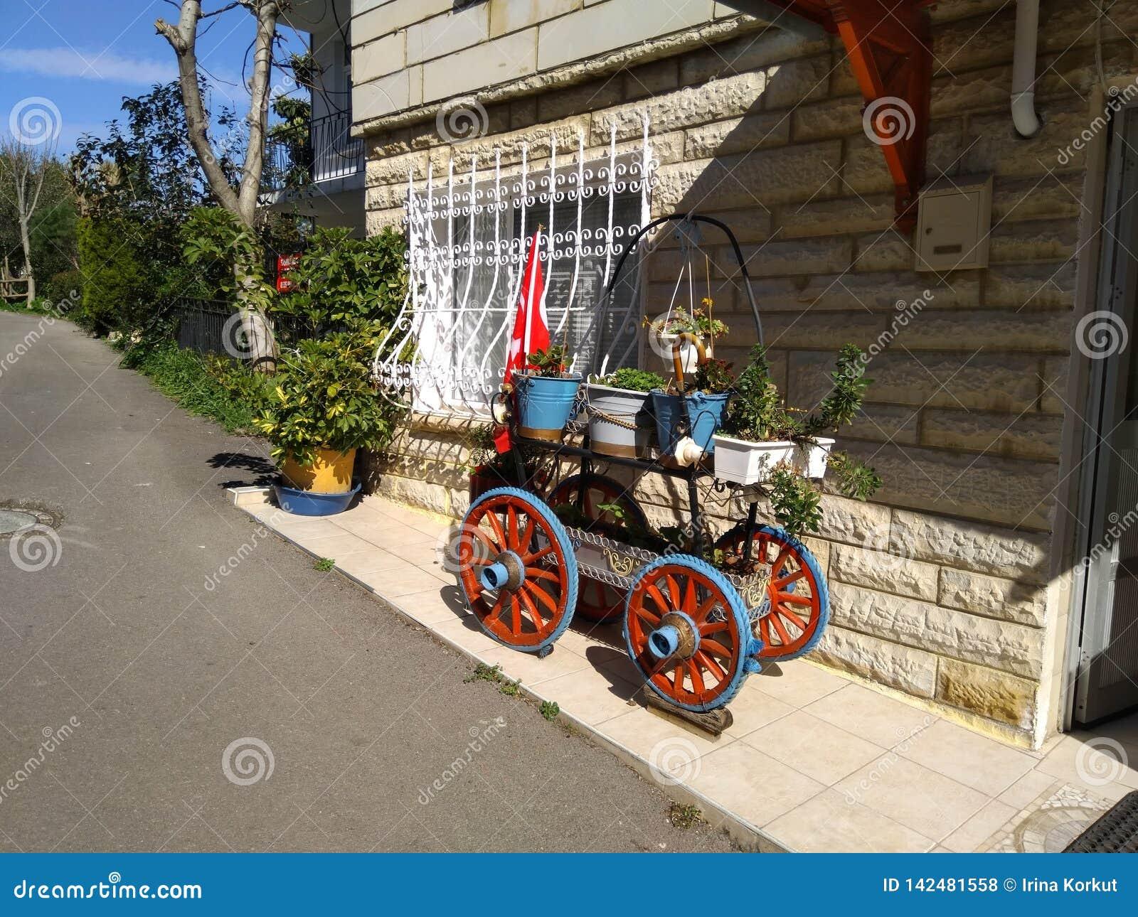 Mycket gullig dekorativ vagn med blommor på den