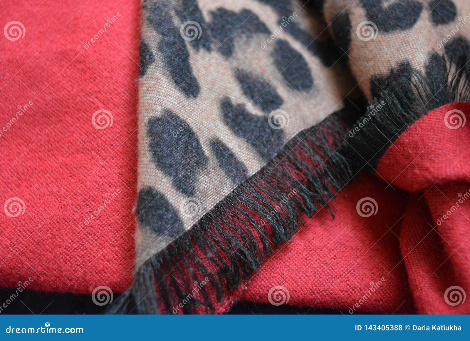Mycket härlig leopardfärgläggning, leopardtrycksvart och beige färgbakgrund i fläckar, prickar på rött tyg