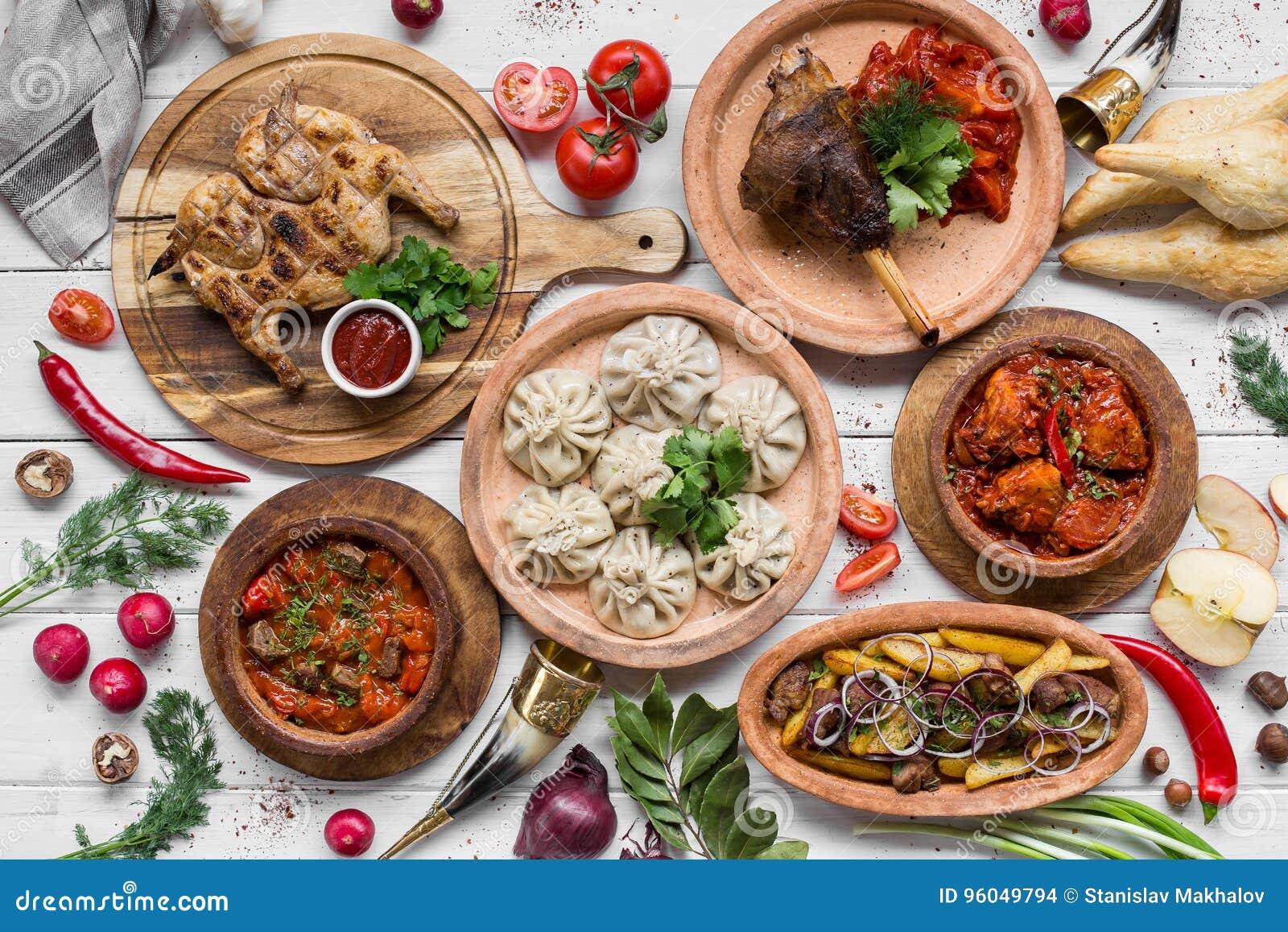 Mycket mat på trätabellen Georgisk kokkonst Top beskådar Lekmanna- lägenhet Khinkali och georgierdisk