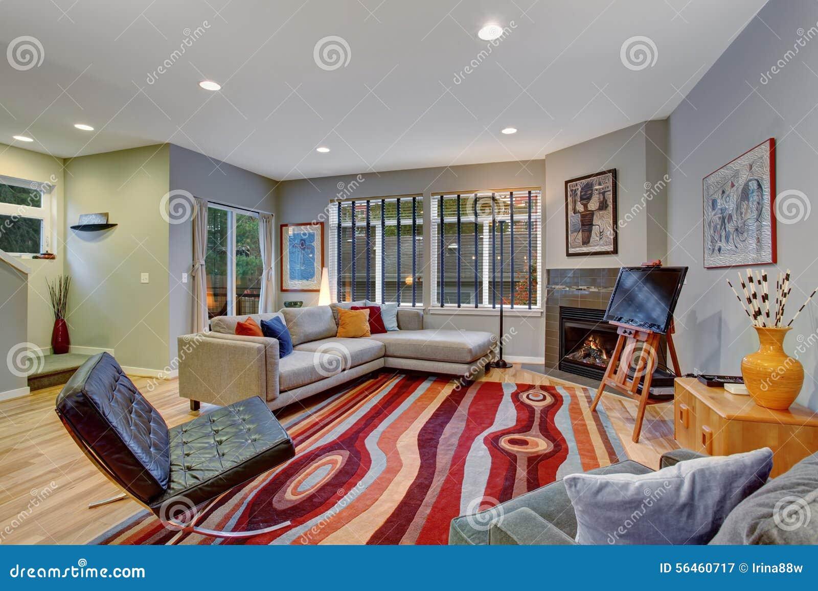 Mycket modern konstnärlig vardagsrum med massor av färg arkivfoto ...