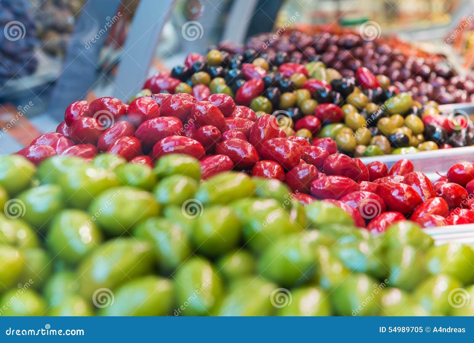 Mycket nya röda och blandade oliv för gräsplan,