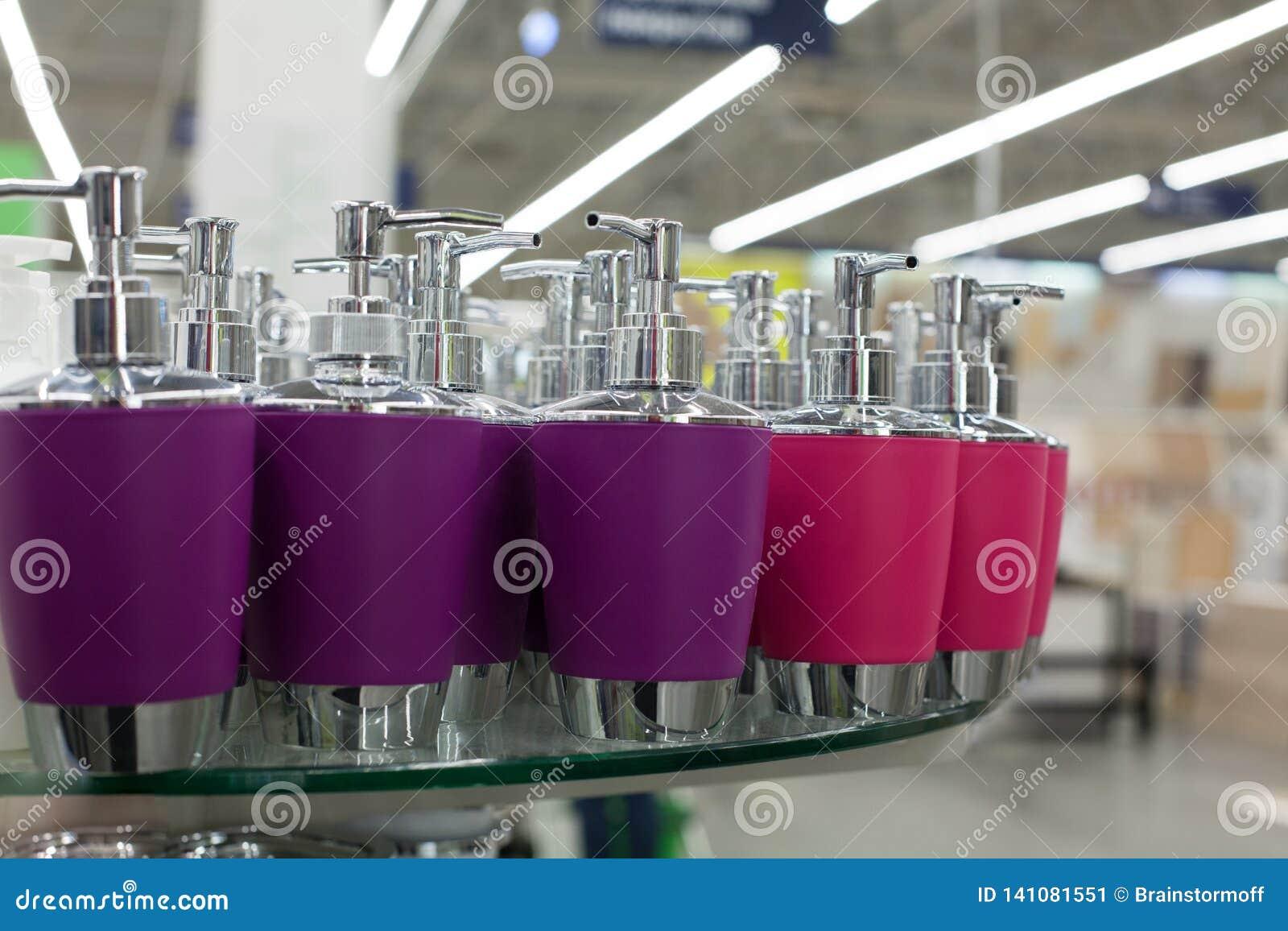 Mydlanego naczynia aptekarka dla ciekłego mydła, łazienka pastic i metali akcesoria w, purpurach i menchia kolorach na szkle odkł