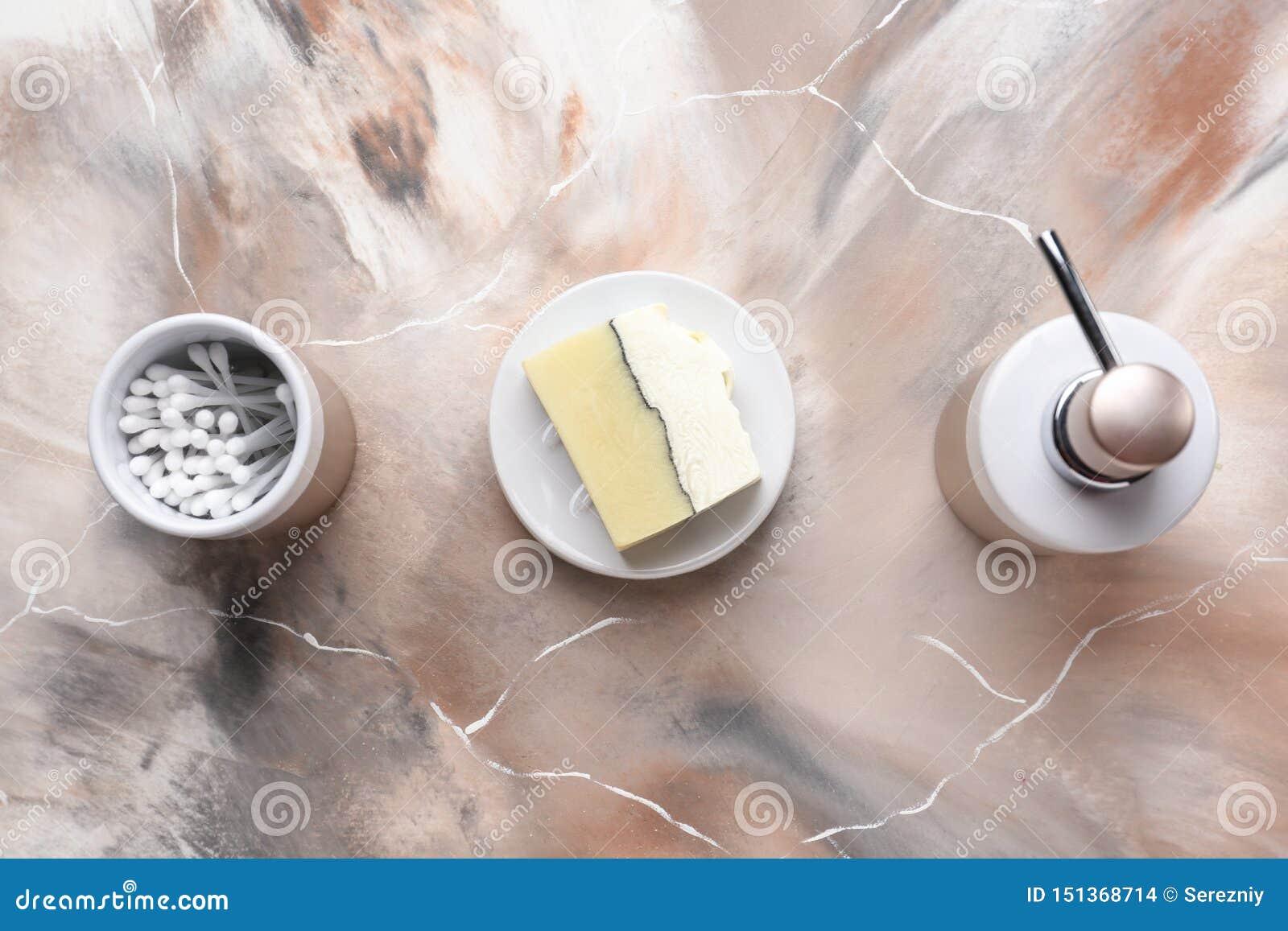 Mydlani i bawełniani mopy na stole