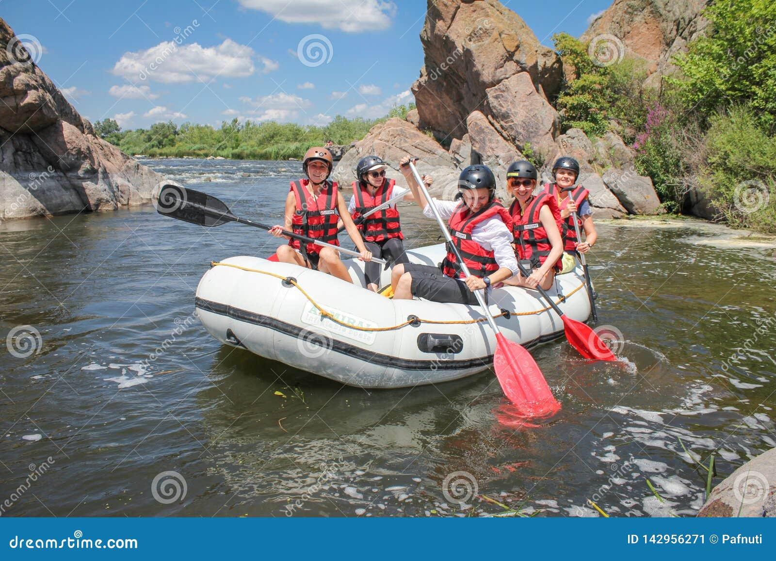 Mygiya/de Oekraïne - Juli 22 2018: Het team van vrouwen op het rafting