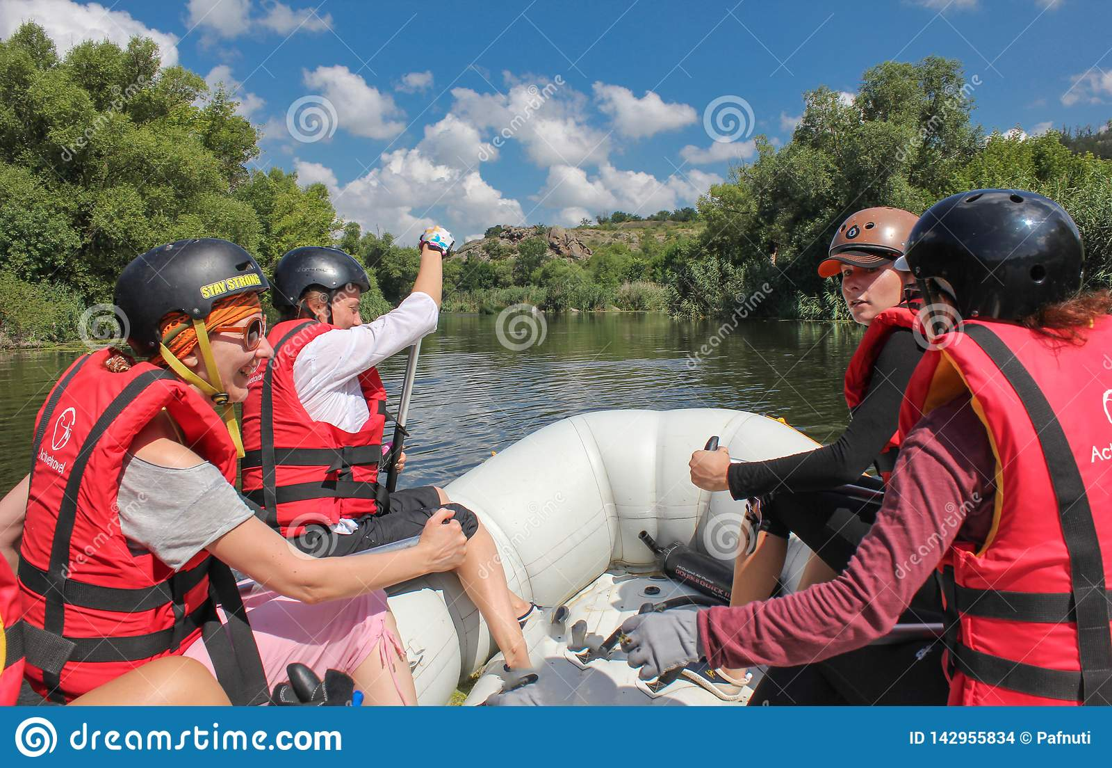 Mygiya, Ukraina, Lipiec/- 22 2018: POV Kobiety drużyna na flisactwie Flisactwo przy Południową pluskwy rzeką z Białej wody flisac