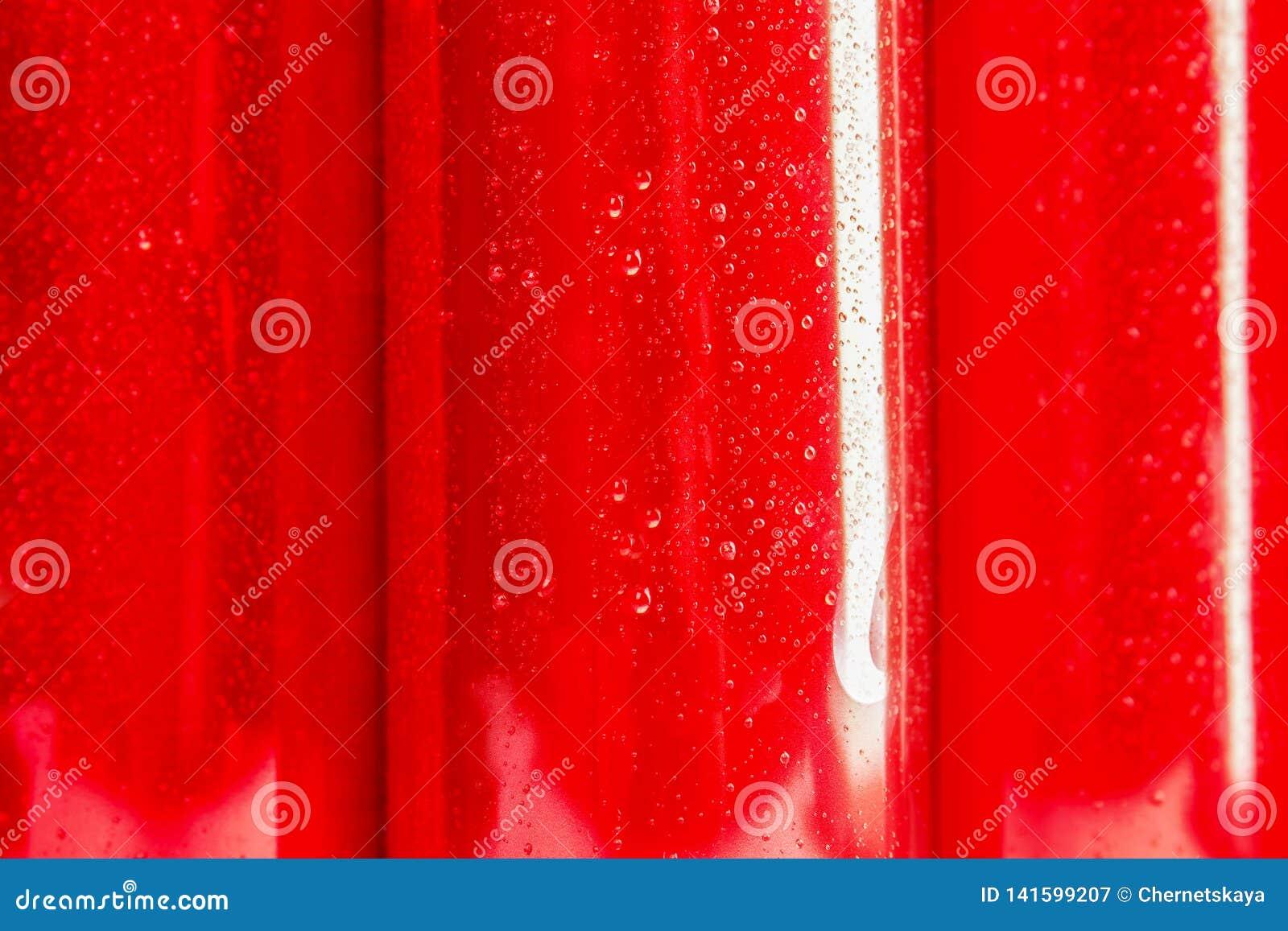 MYKOLAIV, ΟΥΚΡΑΝΙΑ - 15 ΝΟΕΜΒΡΊΟΥ 2018: Δοχεία κόκα κόλα ως υπόβαθρο