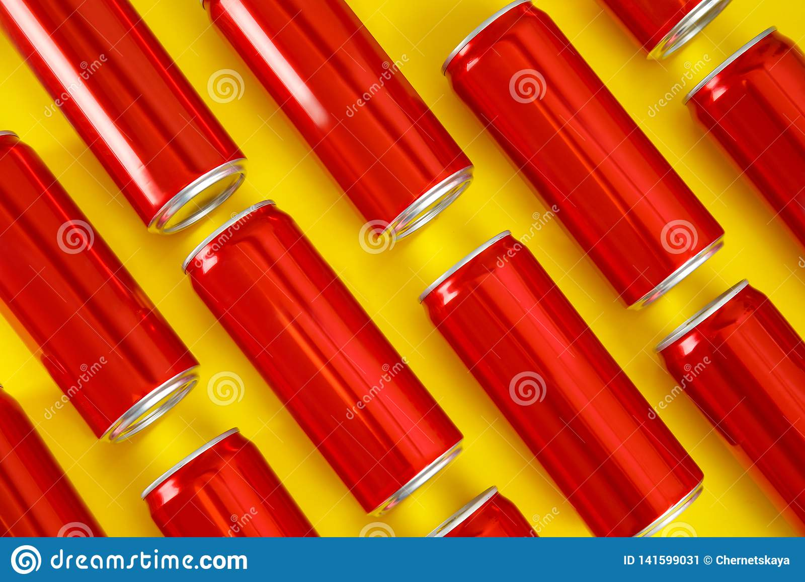 MYKOLAIV, ΟΥΚΡΑΝΙΑ - 14 ΝΟΕΜΒΡΊΟΥ 2018: Δοχεία της Coca-Cola στο υπόβαθρο χρώματος