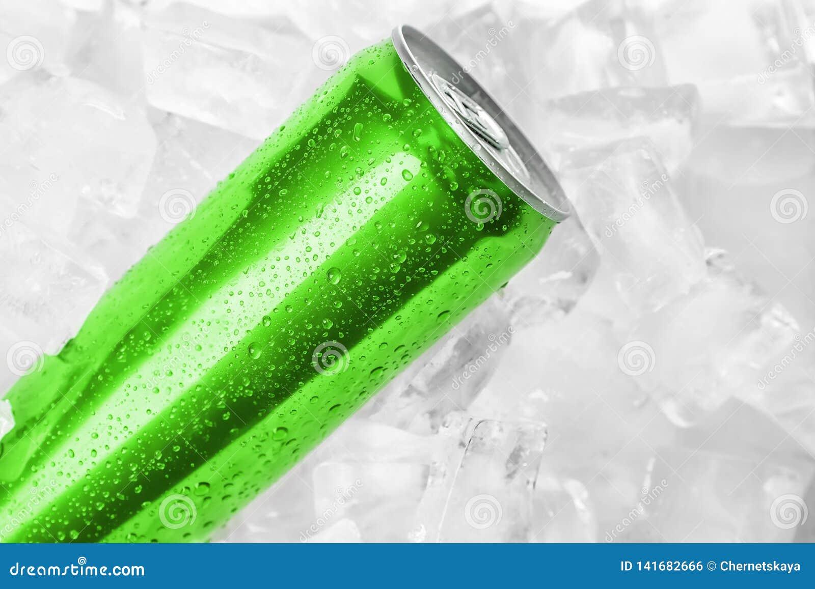MYKOLAIV, ΟΥΚΡΑΝΙΑ - 15 ΝΟΕΜΒΡΊΟΥ 2018: Το κόκα κόλα μπορεί στους κύβους πάγου