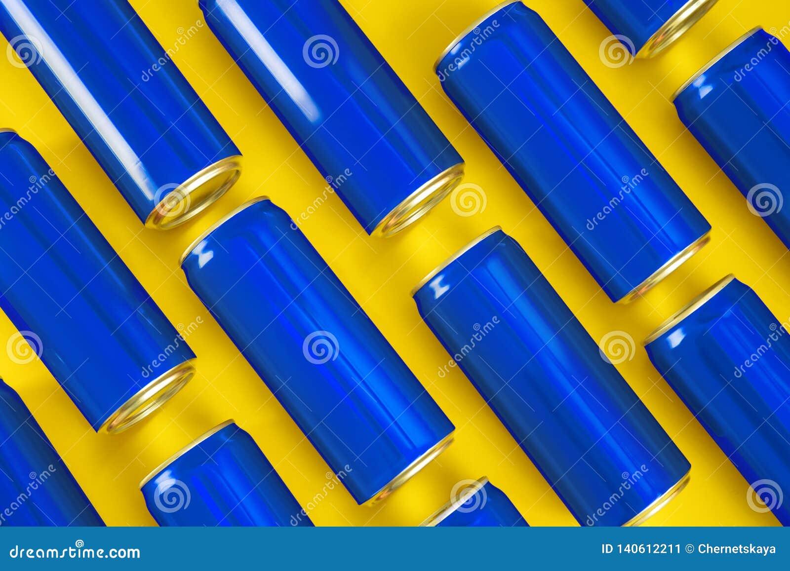 MYKOLAIV, DE OEKRAÏNE - NOVEMBER 14, 2018: Coca-Cola-blikken op kleurenachtergrond