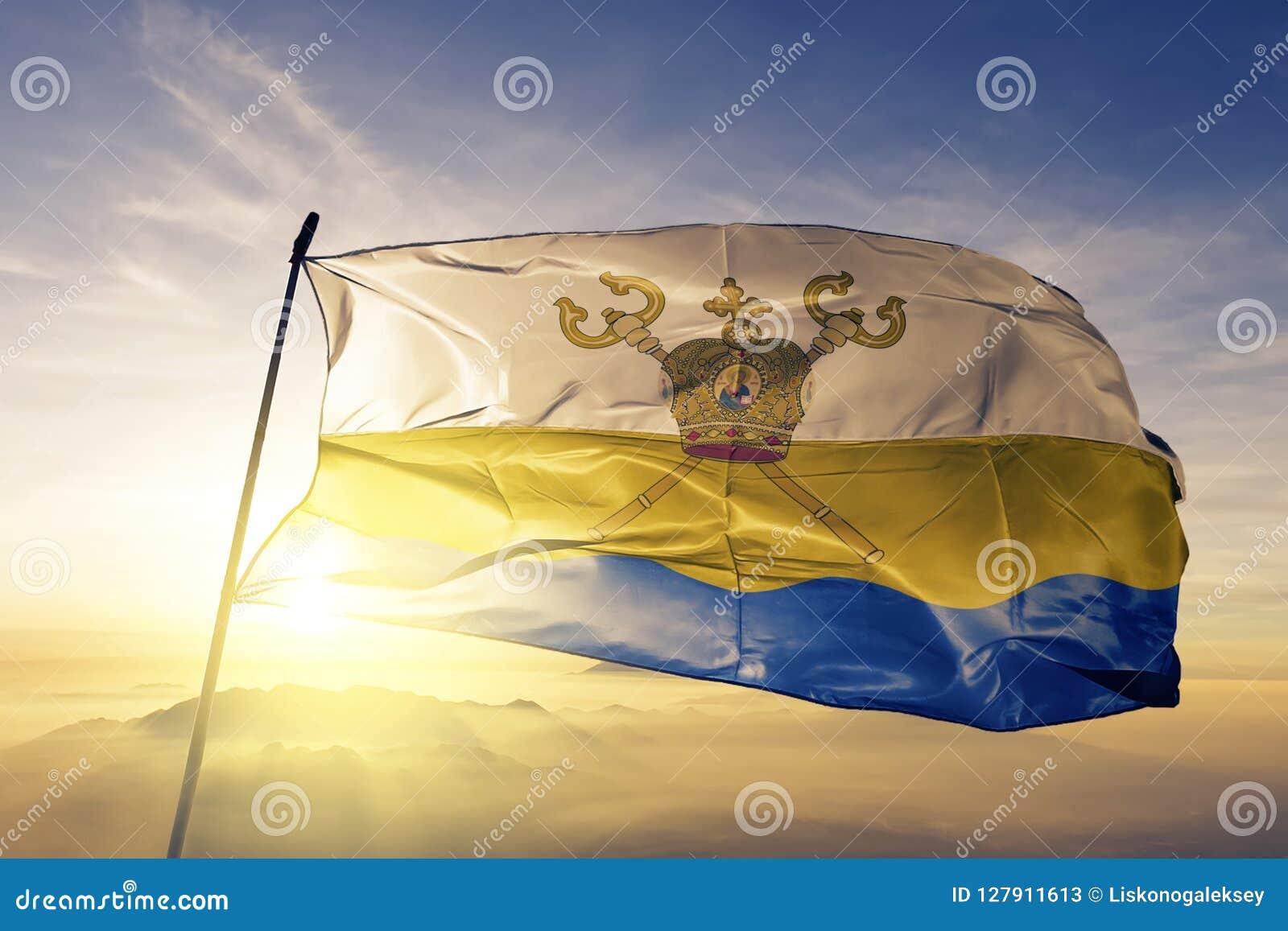 Mykolaiv Oblast του υφαντικού υφάσματος υφασμάτων σημαιών της Ουκρανίας που κυματίζει στη τοπ ομίχλη υδρονέφωσης ανατολής