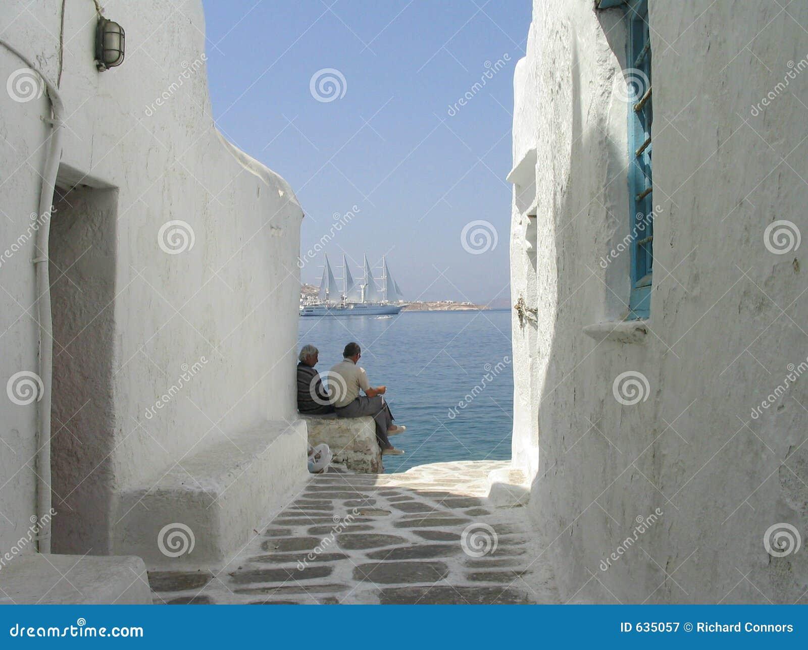 Download Mykonos людей дома Греции ослабляя взморье Стоковое Изображение - изображение насчитывающей тепло, ветрило: 635057