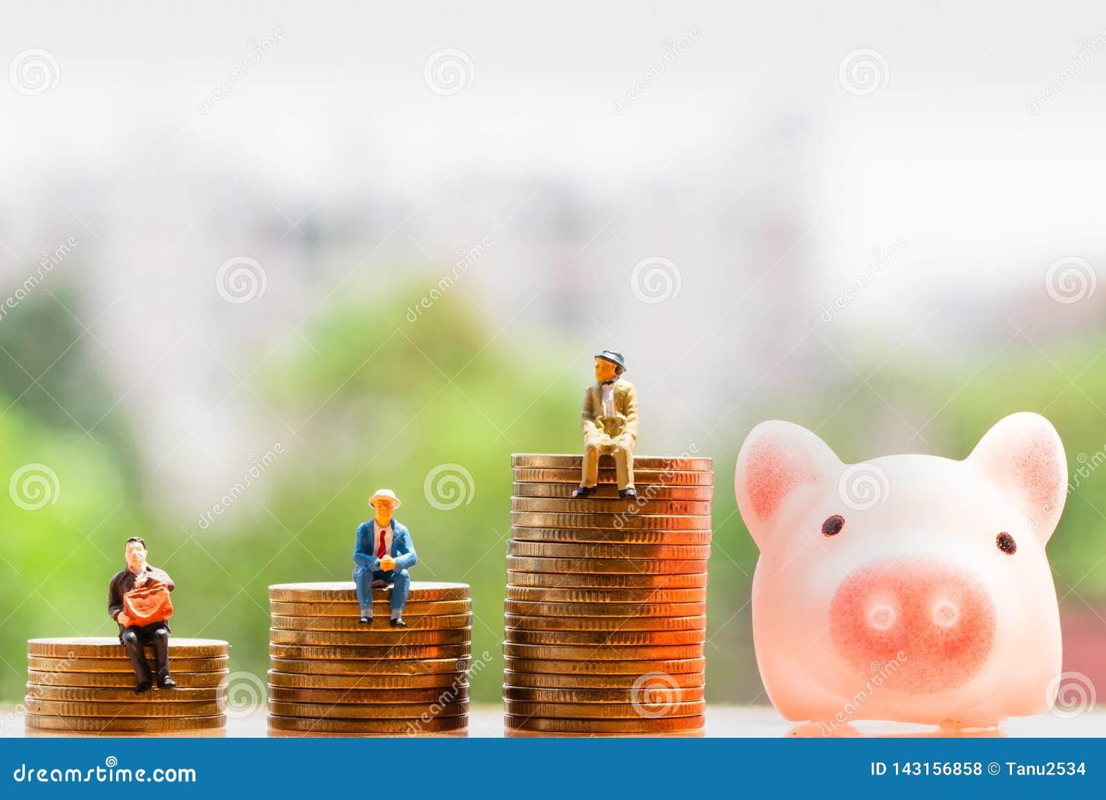 Mynt och äldre folk på naturbakgrund; pengarbesparing