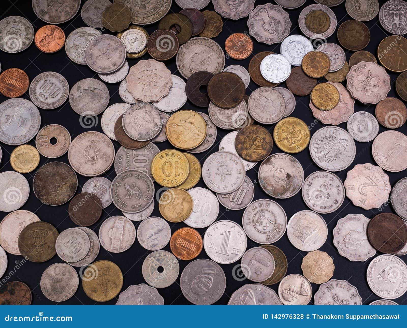Mynt olika valutor på svart bakgrund