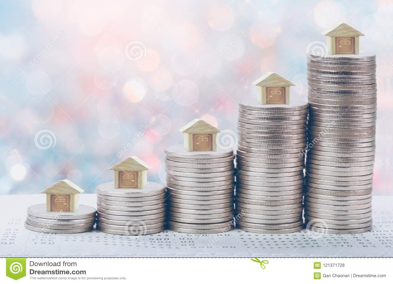 Mynt staplar framme av pengar för besparingar för bankkontoboken av myntbegreppsbegreppet för egenskapsstege,