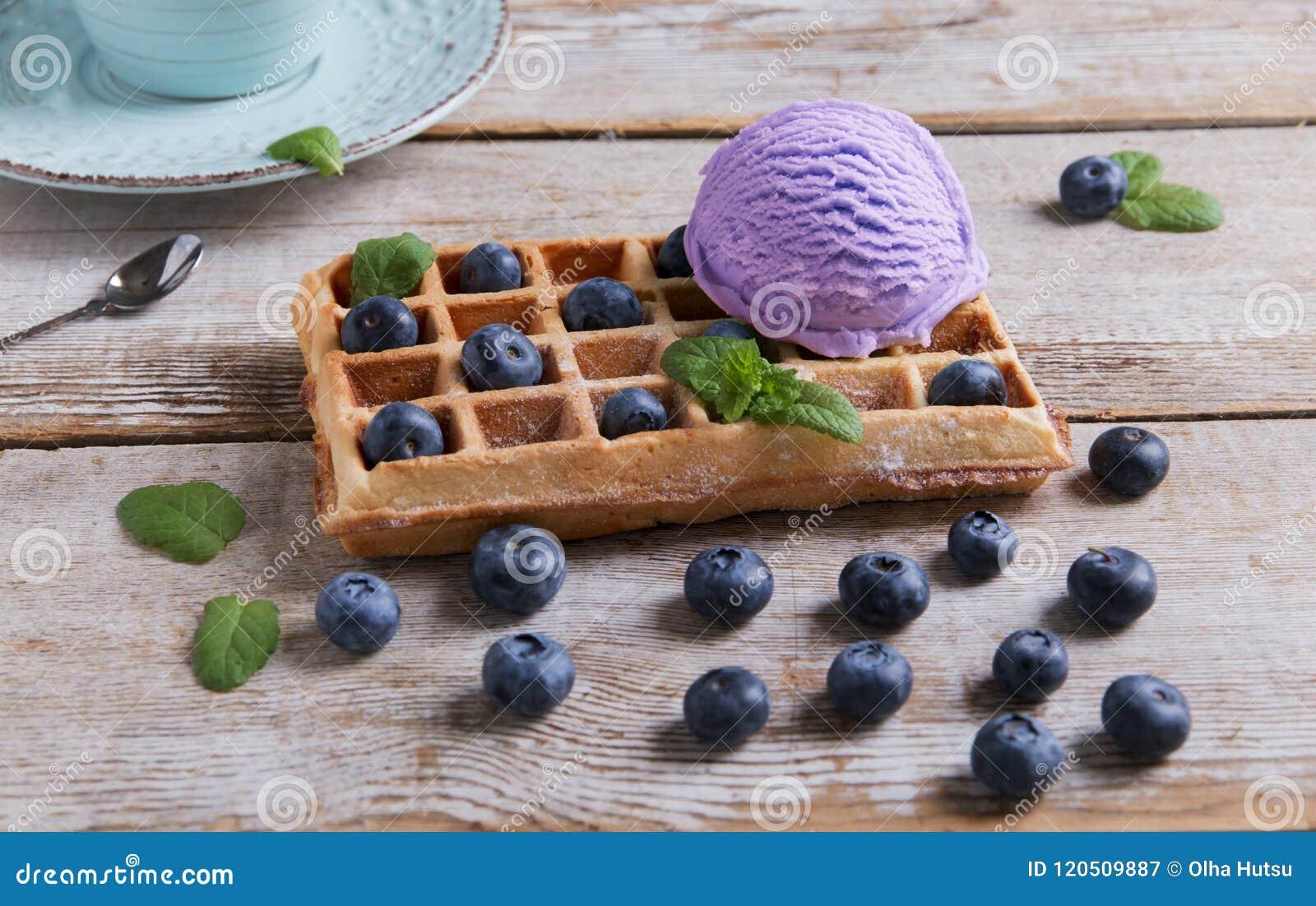 Myrtille de crème glacée sur une gaufre belge sur une surface en bois Gaufres faites maison délicieuses avec la crème glacée de f