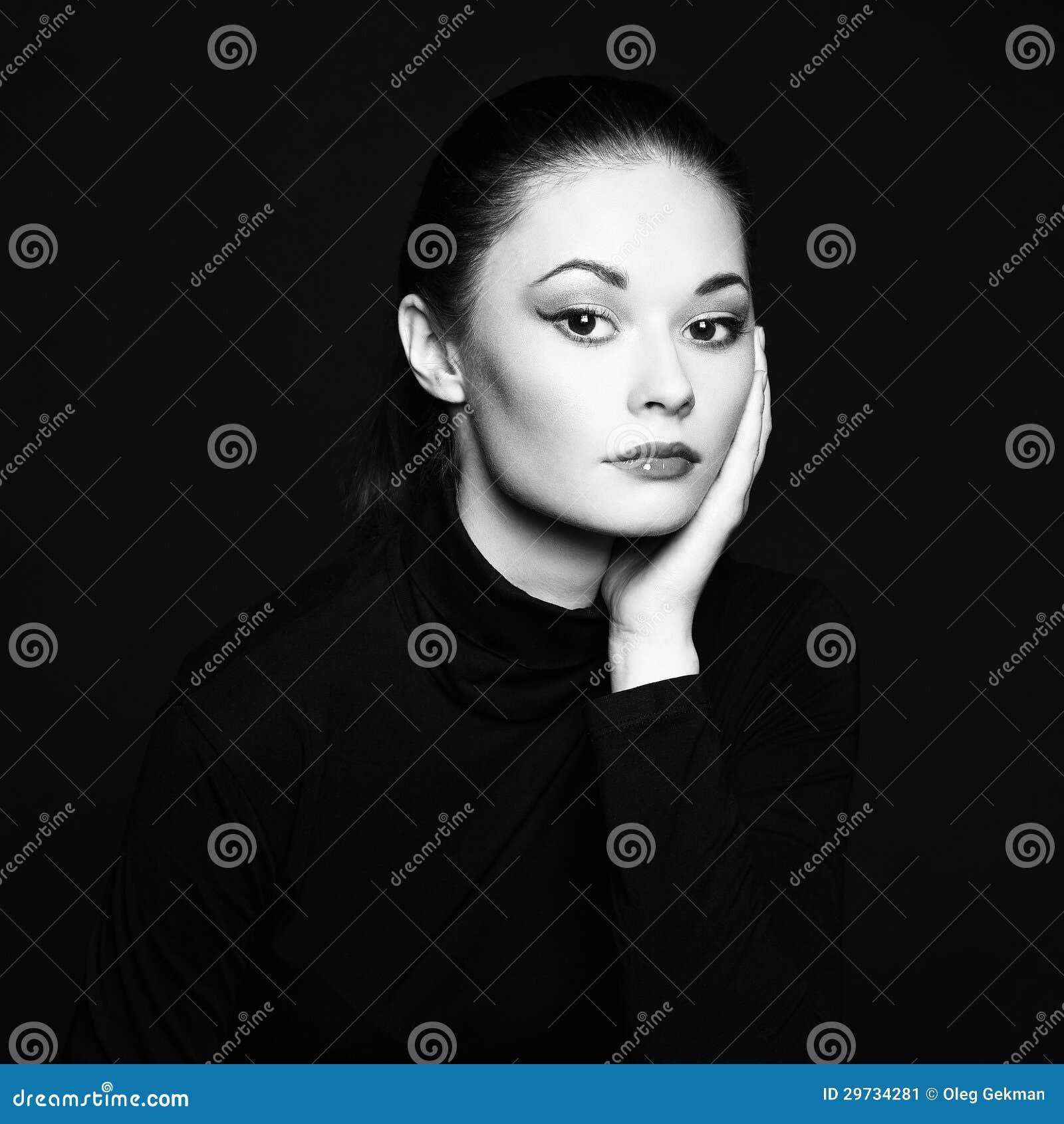 Mysteriöses porträt einer schönen jungen frau. schwarzweiss-foto