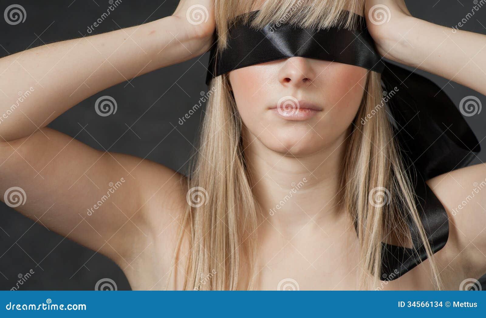 У девушки завязаны глаза, Тонкости занятия любовью с завязанными 27 фотография
