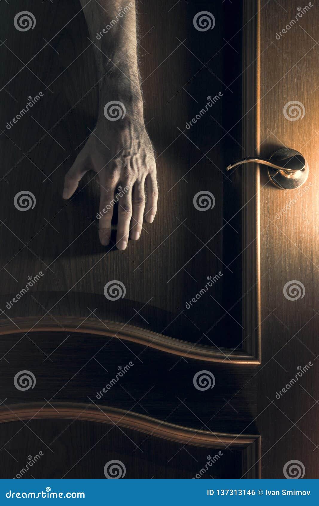 Mystic A mão alcança para a porta