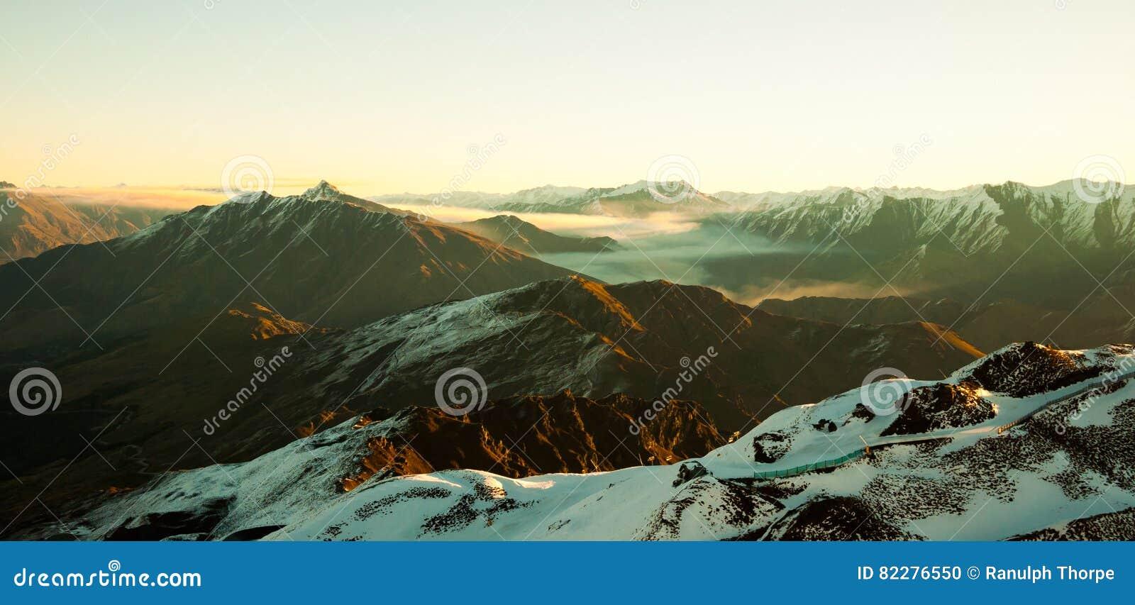 Mystische Landschaft mit Bergen und Schnee