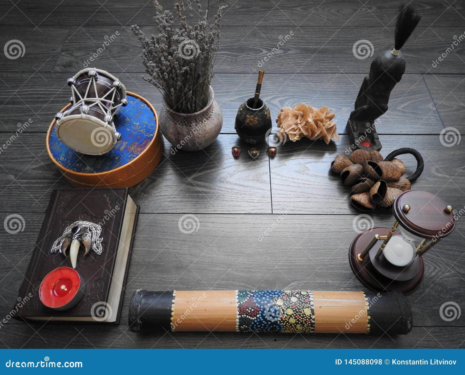 Mystisk bakgrund med en gammal bok, stearinljus och andra attribut Allhelgonaafton och det ockulta begreppet av ritualen av svart