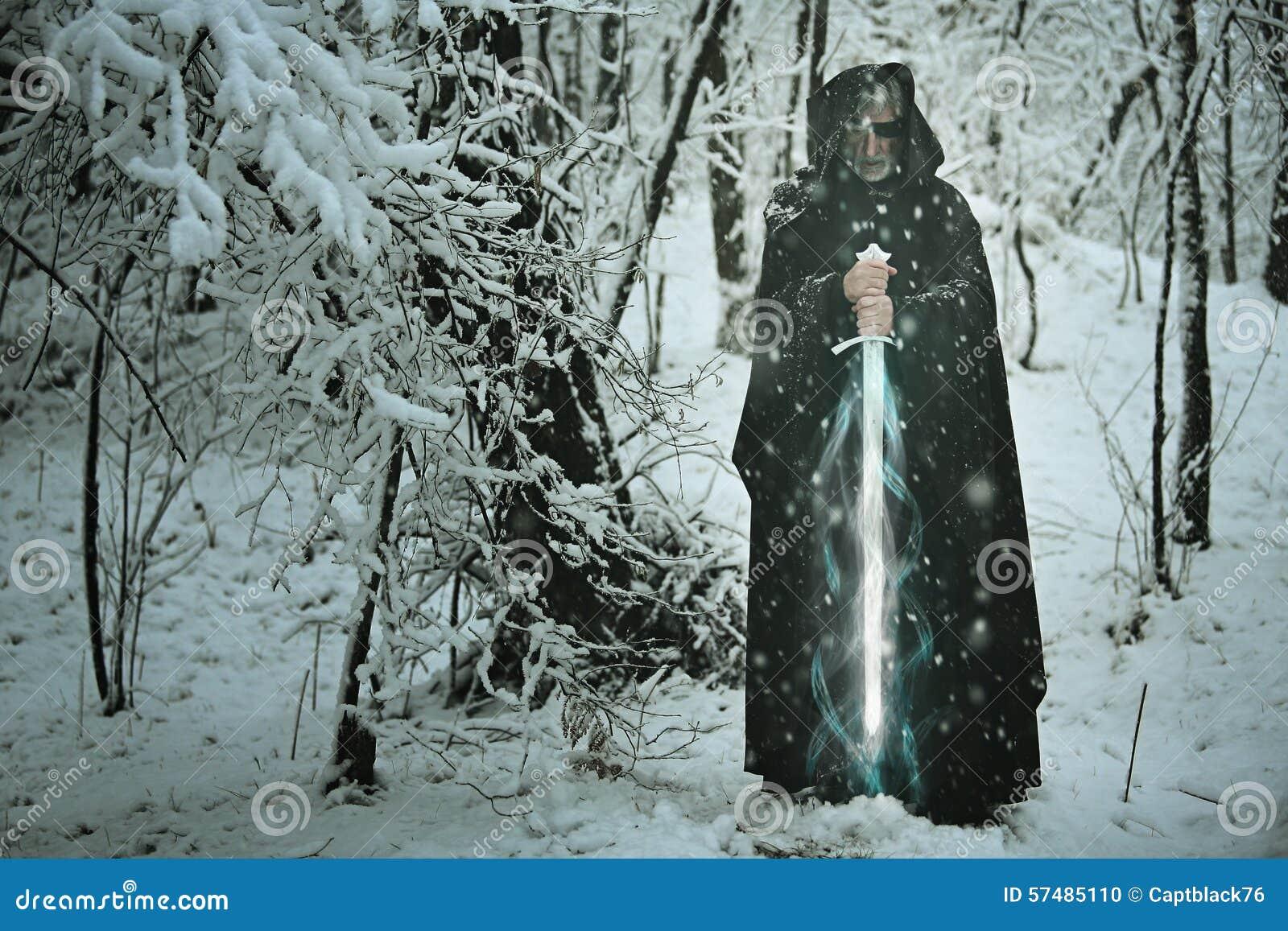 Mystisk gamal man med det magiska issvärdet