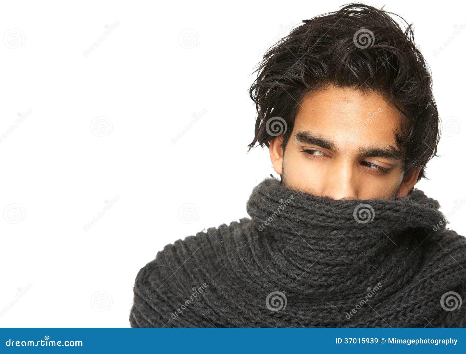 Mystisk man med framsidan som täckas av ullhalsduken