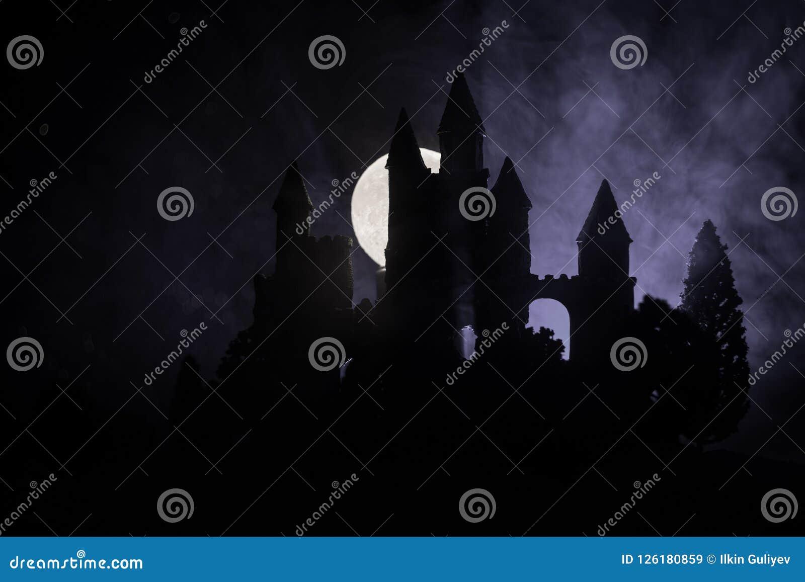 Mystisk medeltida slott i en dimmig fullmåne Övergiven gammal slott för gotisk stil på natten