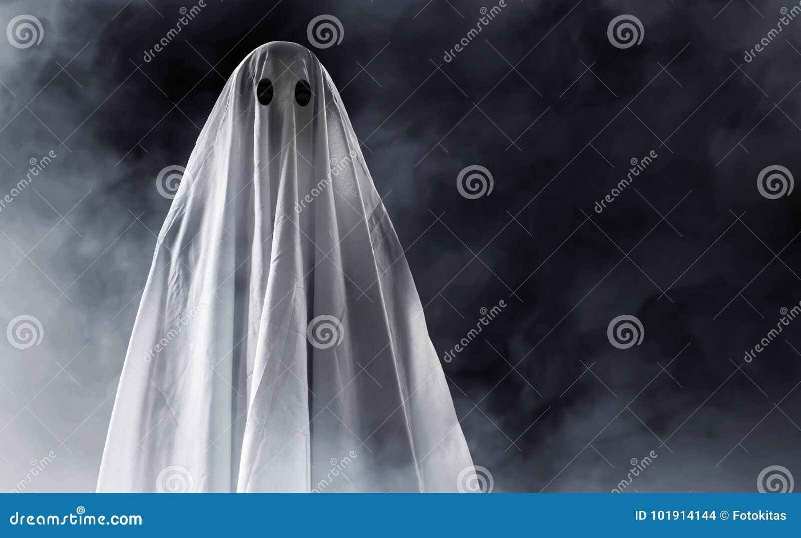 Mystisk spöke på rökbakgrund