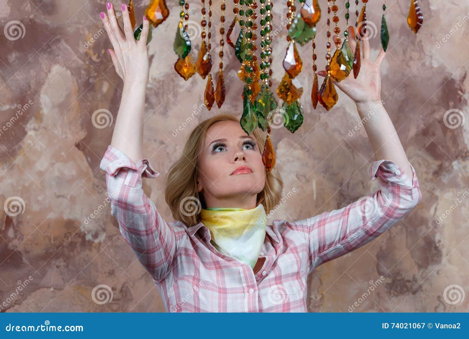Mystisk ung kvinna som gör en ritual med hennes magiska stenar