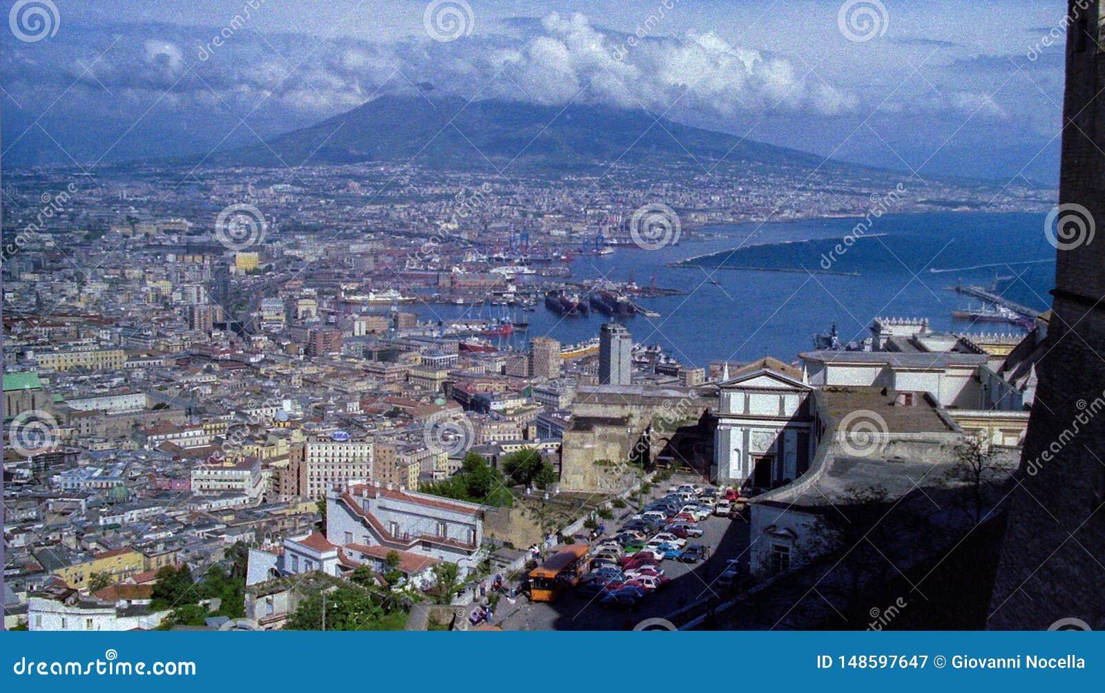 N?POLES, ITALIA, 1986 - el centro y el puerto de N?poles vistos de Castel S Elmo con Vesuvio que oculta entre las nubes