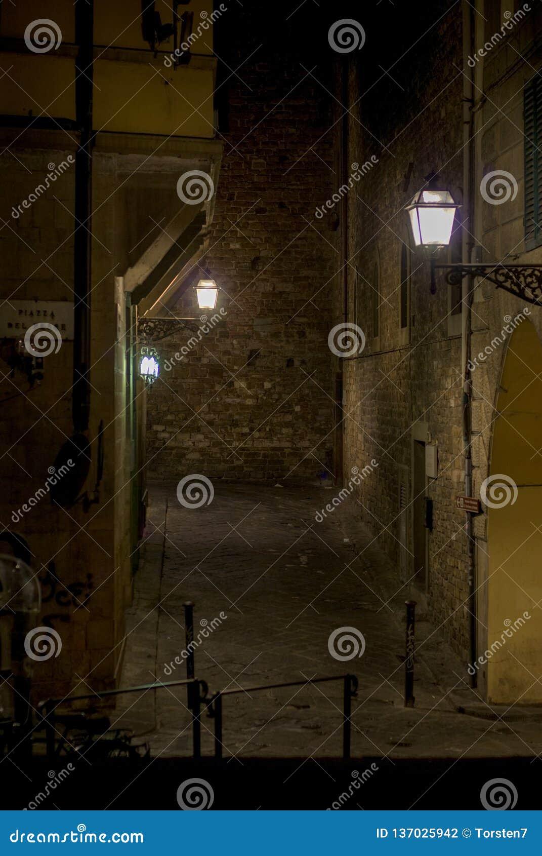 Nächtliche Gasse in der Stadt von Florenz