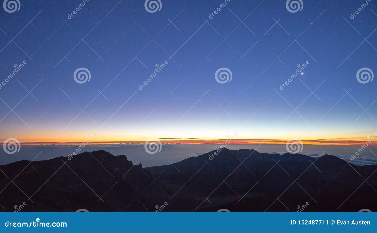 Nächtlicher Himmel und Sonnenaufgang von hawaiischem Vulkan Haleakala auf Maui