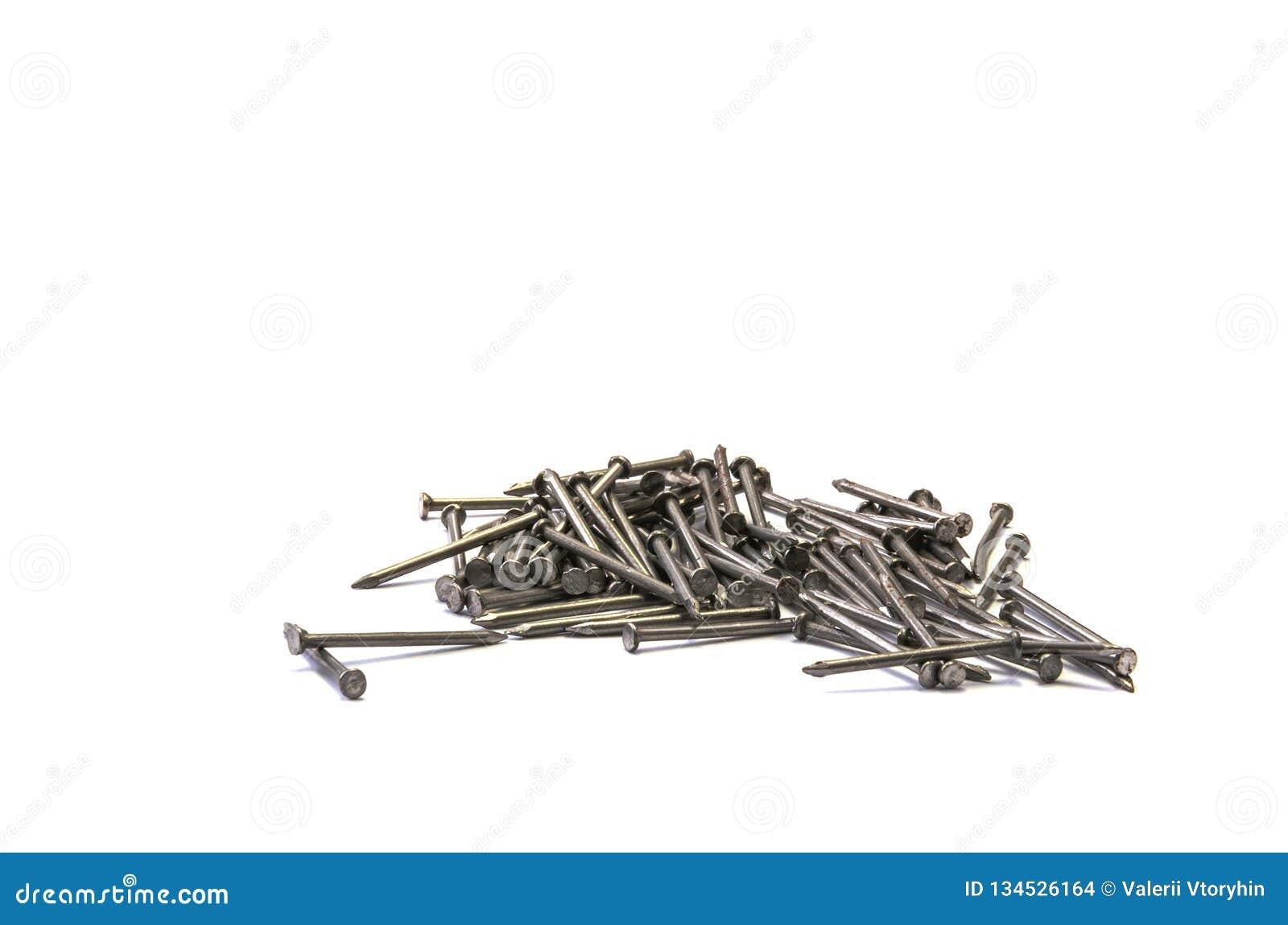 Nägel und Schrauben an einem weißen Hintergrund