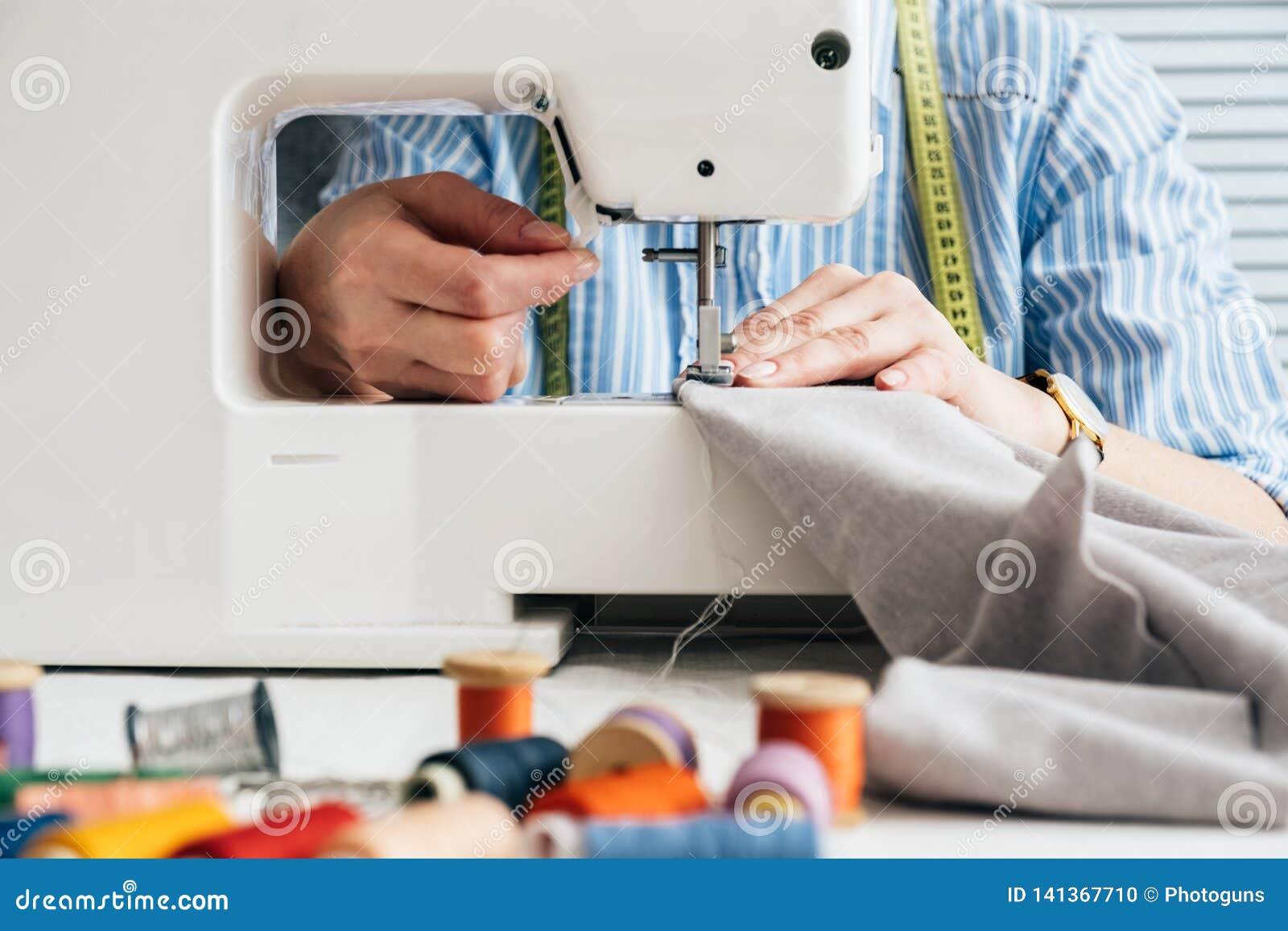 Näherin, die mit elektrischer Nähmaschine arbeitet