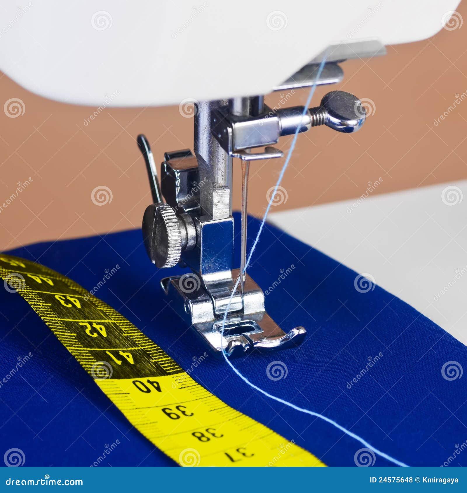 Nähmaschine, Gewinde und ein gelbes messendes Band