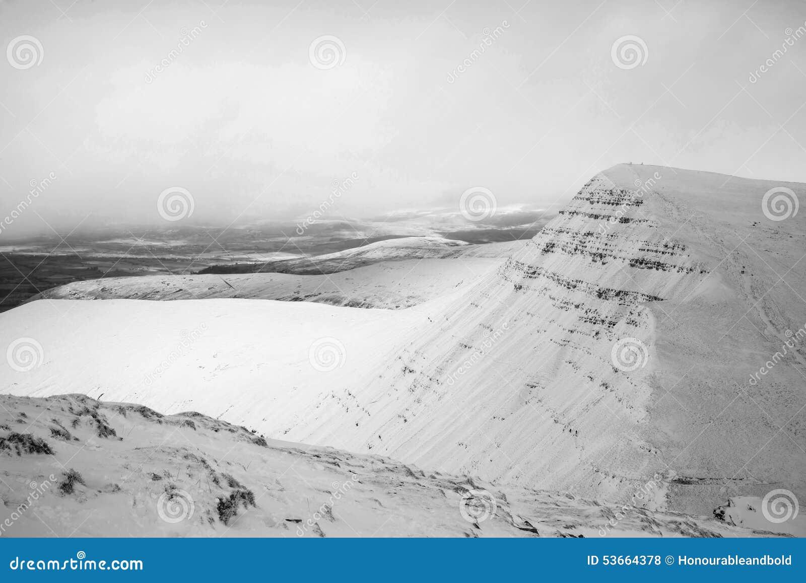 När du bedövar landskap av snö täckte berg i vinter i svart