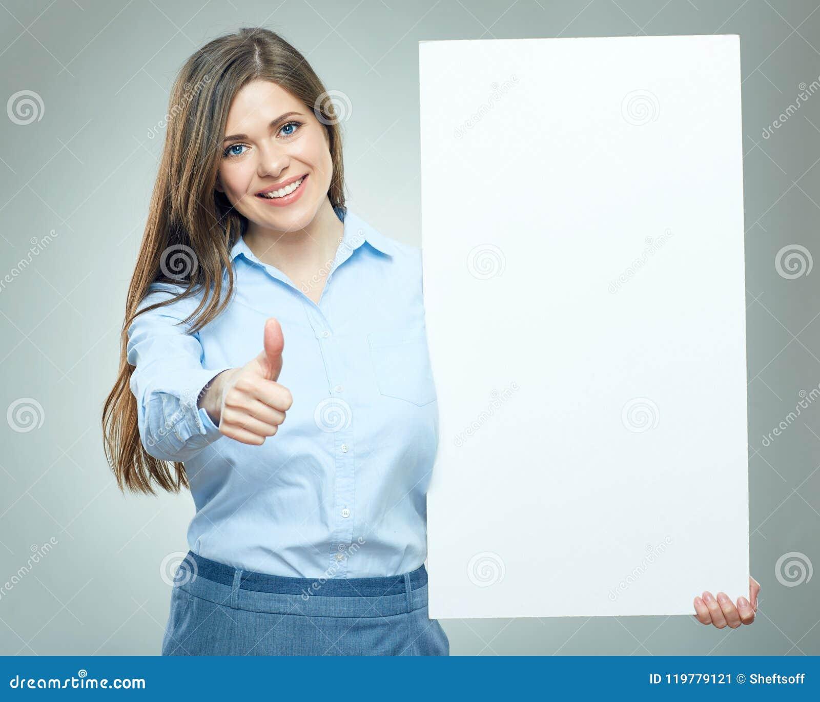 När du ler tummen för visningen för affärskvinnan rymmer upp det vita teckenbrädet