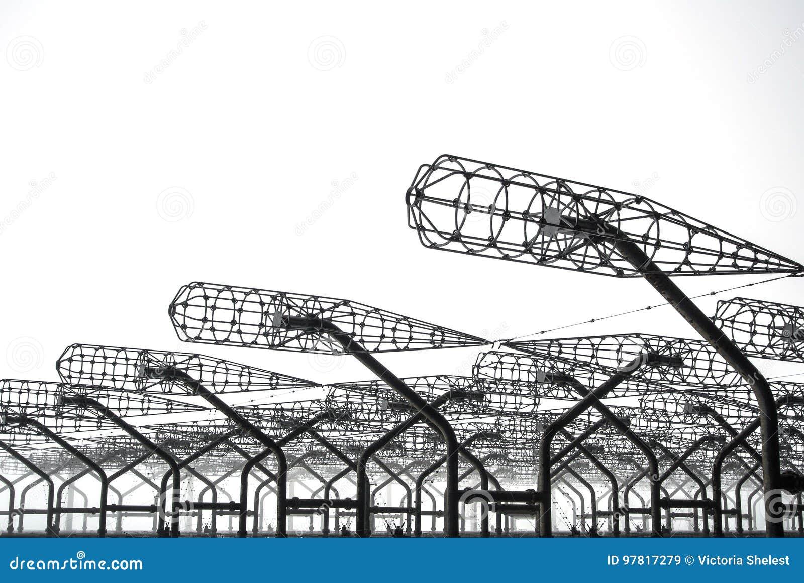 Nära övre detaljer för metall av den övergav ryska hackspetten för Duga radar på den Tjernobyl uteslutandezonen av hög radioaktiv