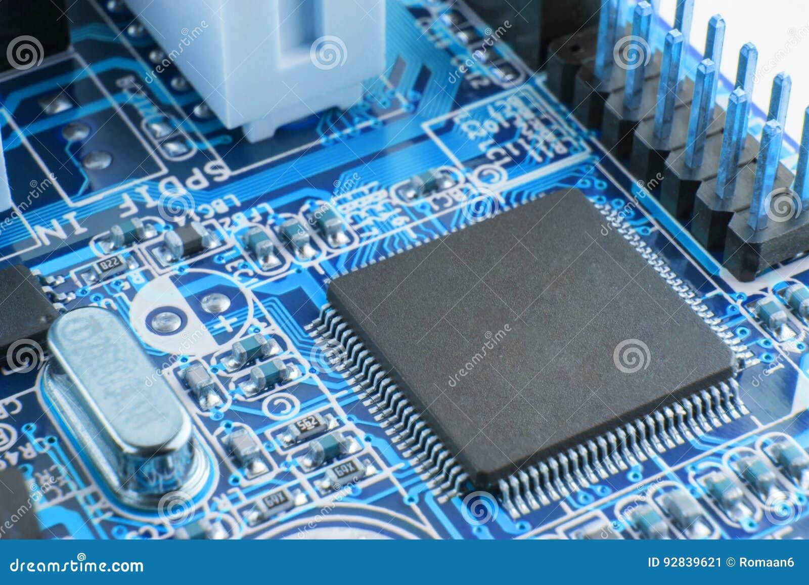 Närbild av brädet för elektronisk strömkrets med processorn