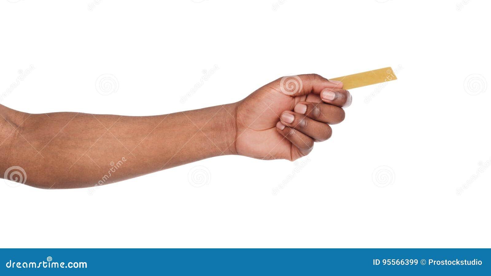 Närbild av den manliga handen som ger det plast- kortet