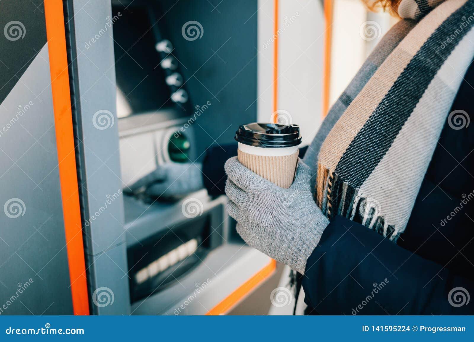 Närbild av den unga kvinnan i varma kläder