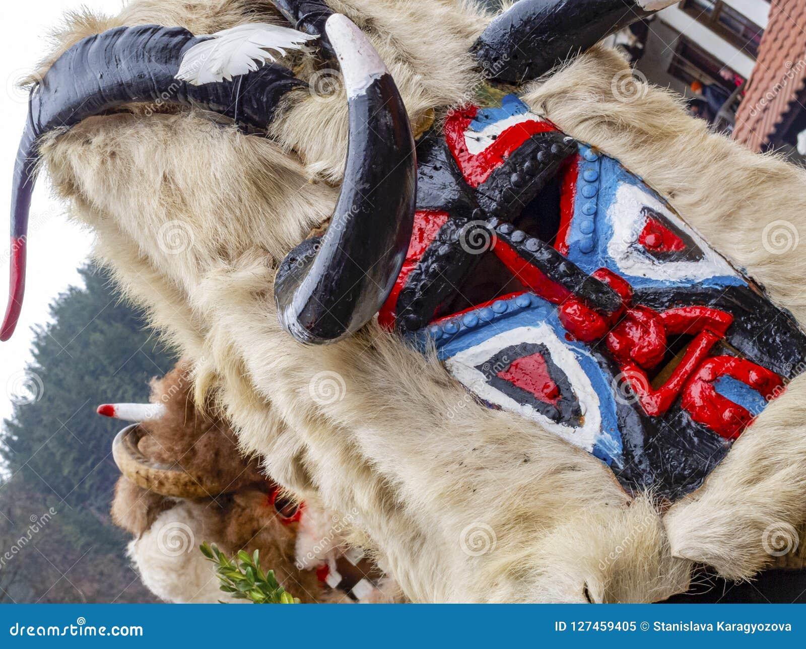 Närbild av en horned maskering från den Kukeri festivalen Presponedelnik i Shiroka Laka, Bulgarien