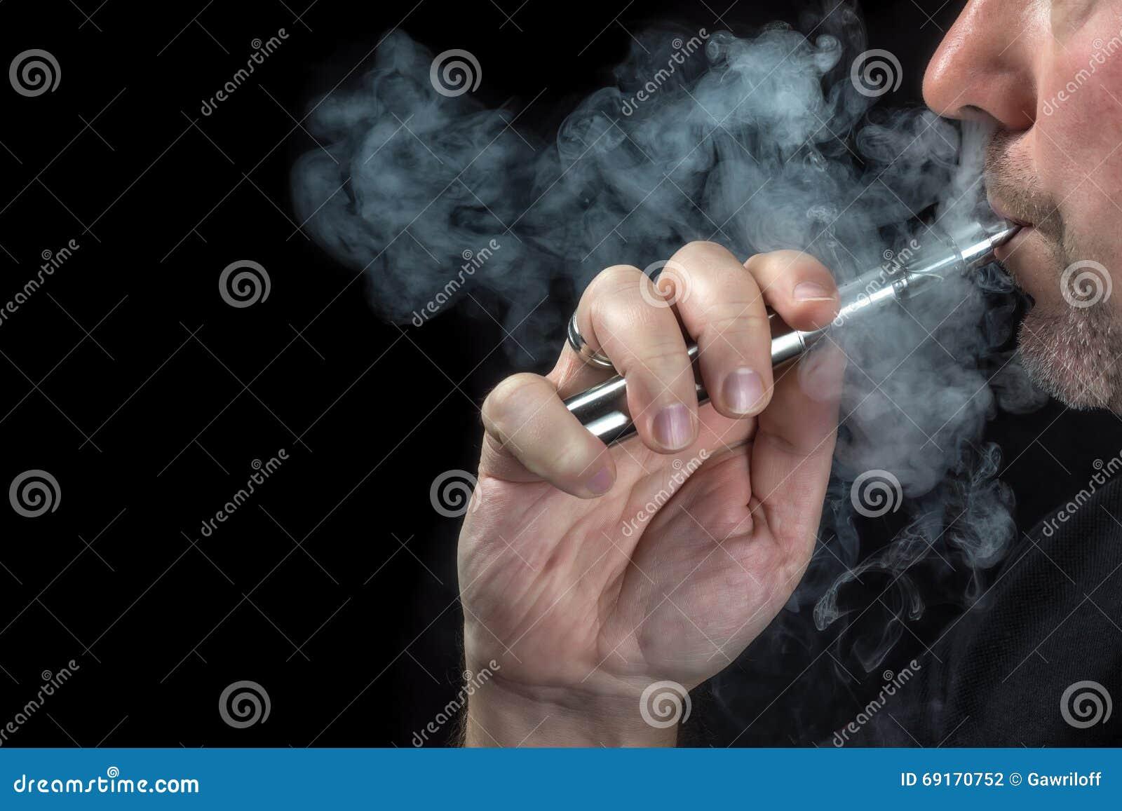 Närbild av en man som vaping en elektronisk cigarett