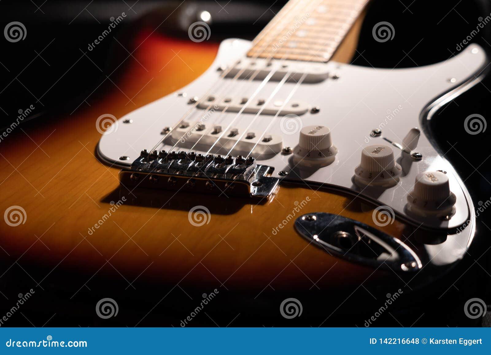 Närbild av en sunburst elektrisk gitarr