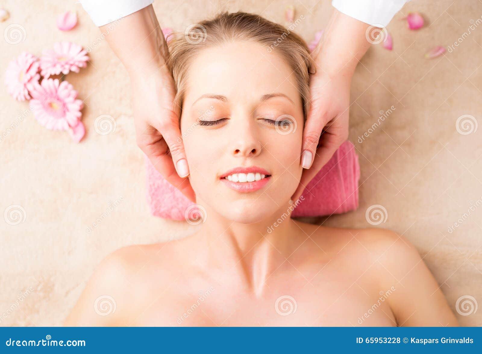 Närbild av en ung kvinna som får framsidamassage