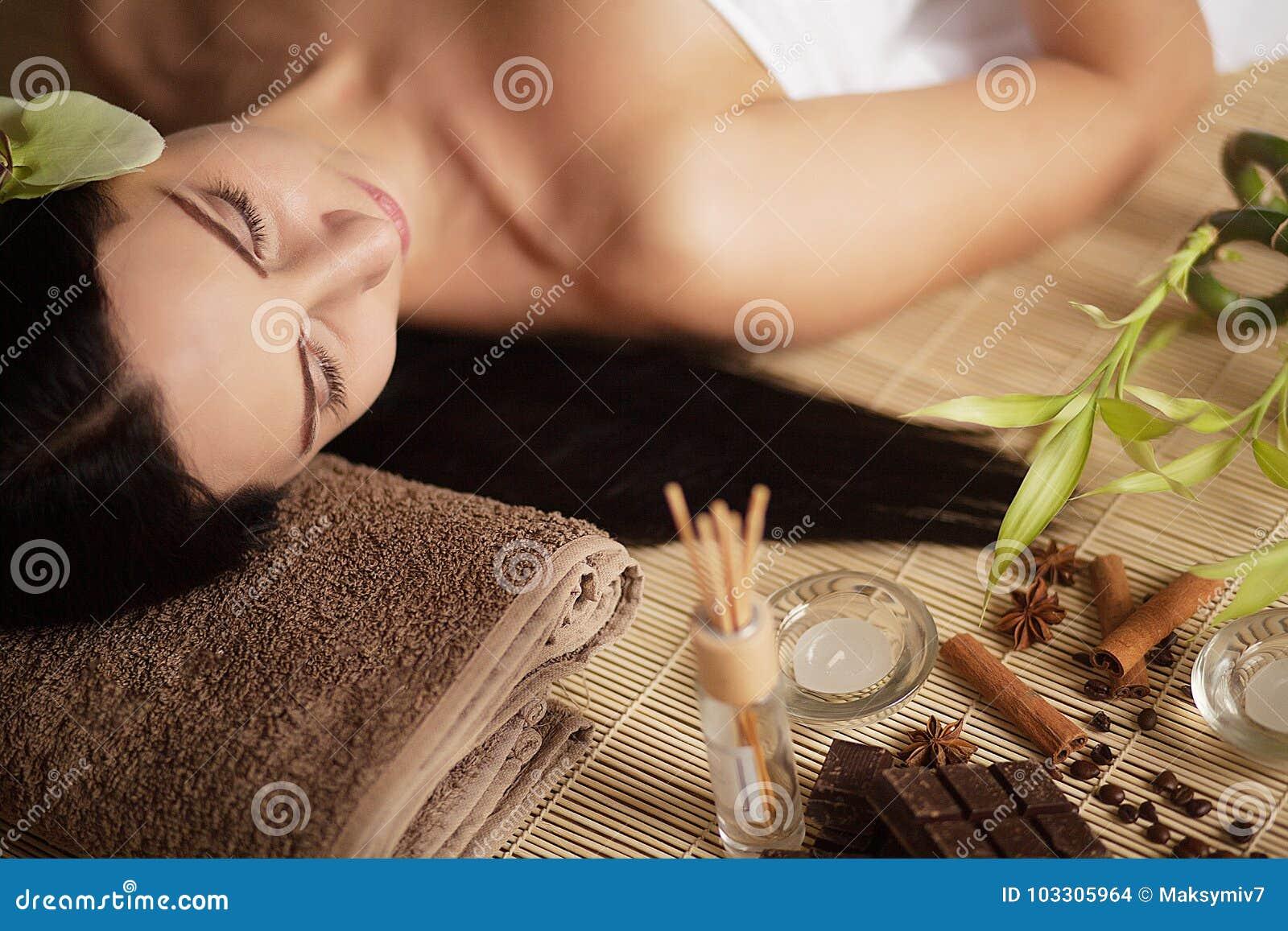 Närbild av en ung kvinna som får Spa behandling Närbild av en ung kvinna som får brunnsortbehandling