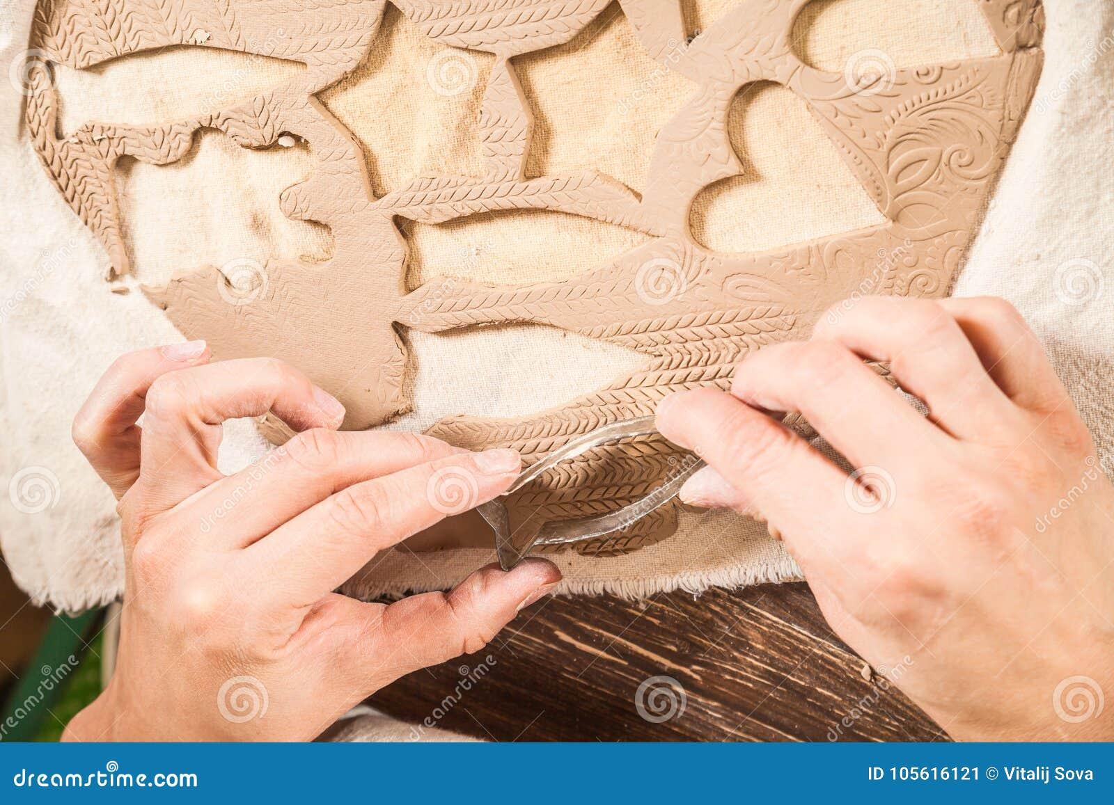 Närbild av ett kvinnakeramikerarbete