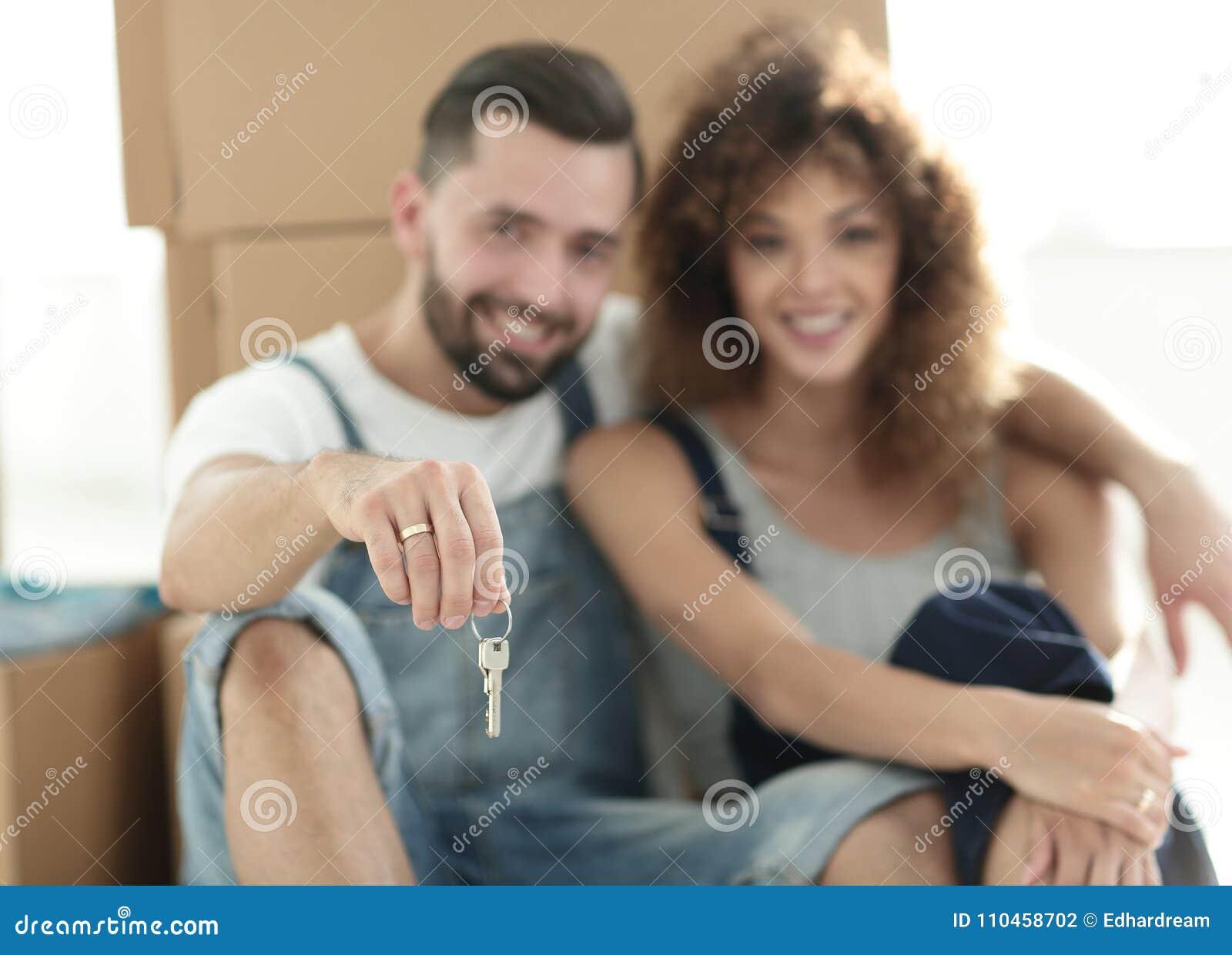 Närbild av ett ungt par på en bakgrund av kartonger