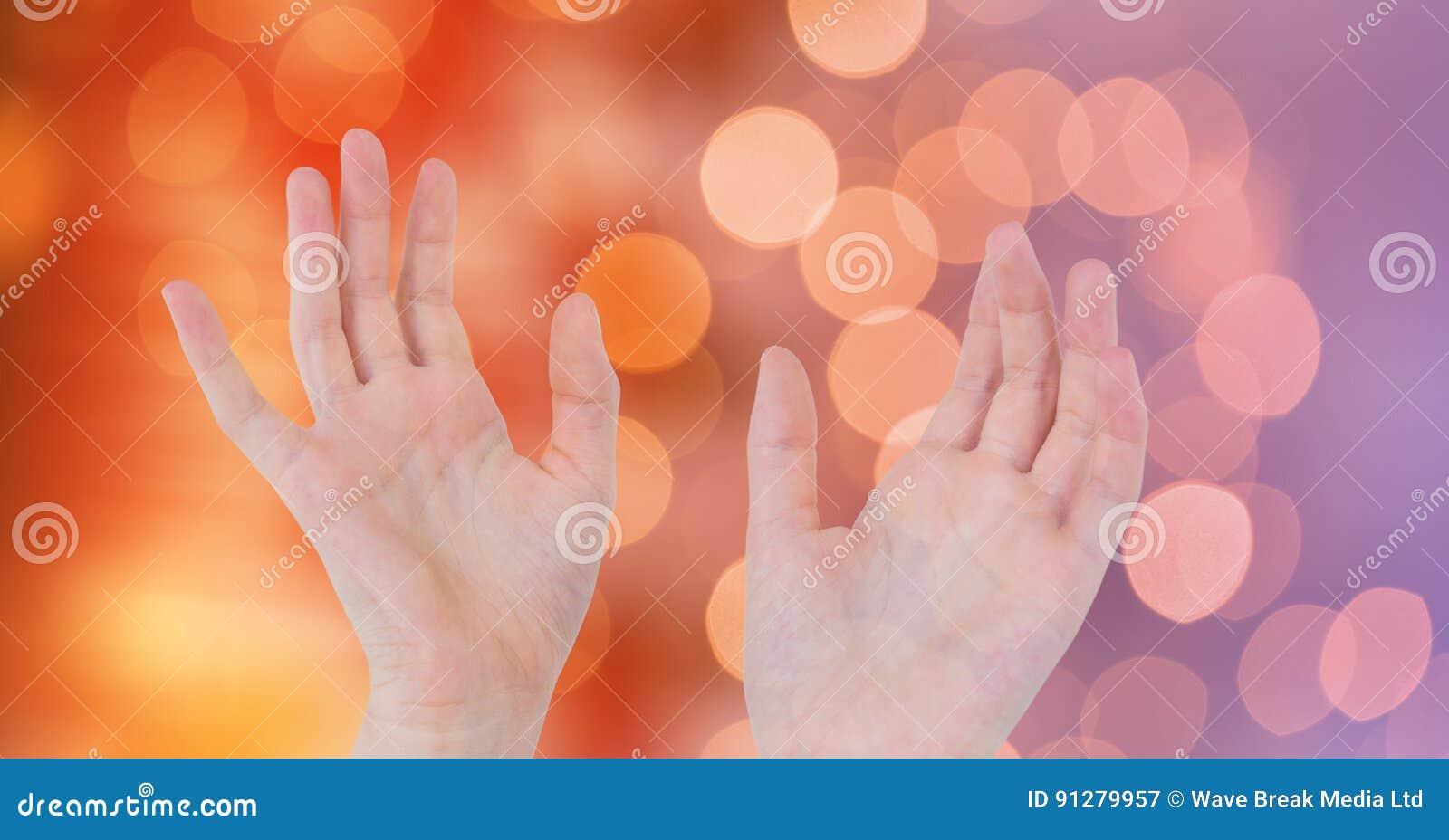 Närbild av händer över suddig bakgrund